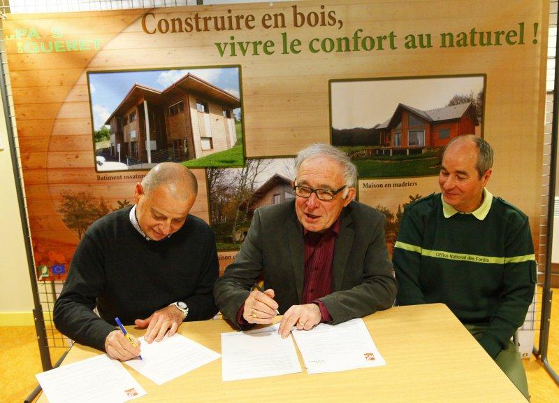 MM. RIBES et COUBRET, Présidents de l'APIB et du Pays de Guéret, signent la convention de partenariat
